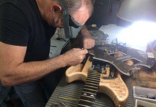 Crean una guitarra hecha con biocomposite, más resistente y sostenible